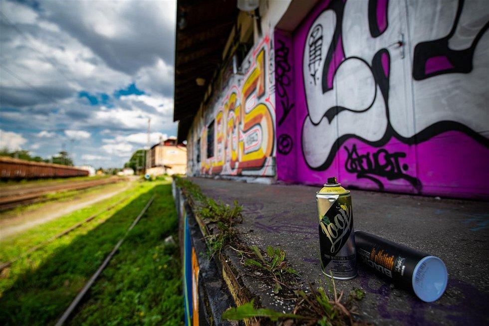 Jedno z míst pro legální graffiti je nedaleko stanice Jihlava město.