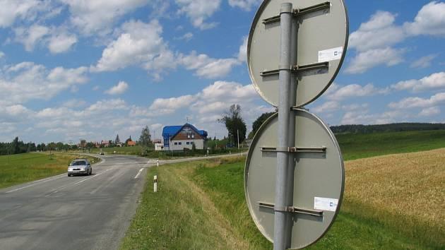 Zajícům v poli přikazuje maximálně sedmdesátikilometrovou rychlost a zákaz předjíždění dopravní značka u čerpací stanice ve Škrdlovicích na Žďársku.