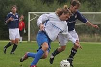 Batelovští fotbalisté (v tmavomodrém) se od ledna připravují pod taktovkou nového trenéra Františka Cvacha a víkendový střet s Třeští výsledkově zvládli.