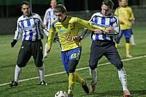 Kádr fotbalové Jihlavy vstoupí do jarních bojů značně omlazený. Jedním ze symbolů obměny je i devatenáctiletý kanonýr Michael Rabušic (ve žlutém). Zejména on by se měl starat o góly.