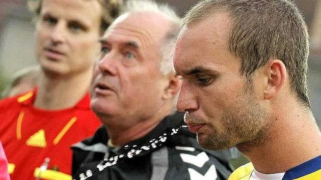 Hráči FC Vysočina opakovaně nedokáží na hřištích soupeřů navázat na svoje kvalitní výkony z domácí půdy. Cestu ven z bídy, jak naznačuje jeho gesto zmaru, nezná ani Petr Dolejš.