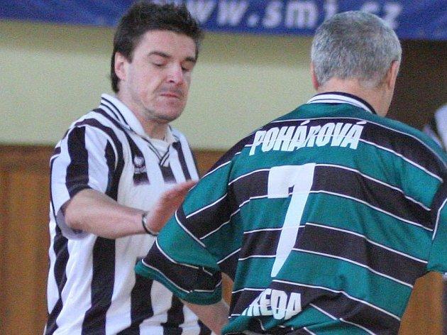 Záložník Radek Sláma (vlevo) figuruje v hledáčku druholigových fotbalistů Jihlavy. Ta ovšem zatím s konkrétní nabídkou nepřišla.