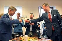 Oslavy. Předseda ODS Petr Fiala (vpravo) gratuluje staronovému senátorovi.