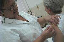 """Proti prasečí chřipce se včera očkovalo v pelhřimovské nemocnici. Zásilka obsahuje 230 dávek, jako první se vakcíny dočkali zaměstnanci nemocnice. V nejbližších dnech si pro """"včeličku"""" přijdou také zaměstnanci takzvané kritické infrastruktury."""