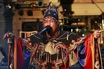 Obřadný tanec, pití čaje, zvonečky a pro Evropana barevná atraktivní podívaná, to byl v pátek opravdový šaman z Tuvy při mongolské hranici. Vystoupil na nádvoří telčského zámku. Mág hrdelního zpěvu zahájil letošní festival Prázdniny v Telči.