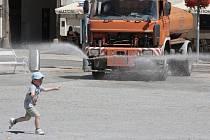Speciální vůz Služeb města Jihlavy začal kropit ulice a pěší zónu v půli července, od 22. července, kdy nastaly tropické třicítky, se sem vrací prakticky každodenně.