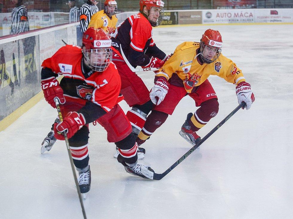 Hokejoví starší dorostenci (ve žlutém) sice prohráli s Chomutovem 1:2, ale trenéra Moravce hra potěšila.