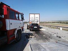 Padesátiletý cizinec nepřežil náraz do nákladního vozidla.