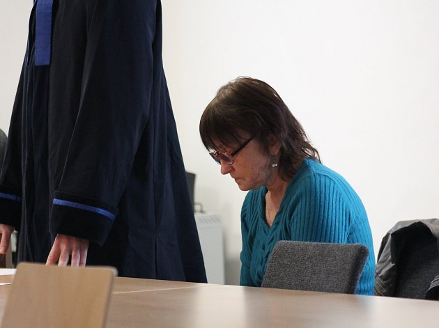 Obviněná důchodkyně z Polné se svým právním zástupcem stanula před Okresním soudem v Jihlavě.