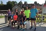 Běžci před společně uběhnutými kilometry.