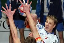 Volejbalista Michal Hrazdira (v bílém) bude chtít trenérovi reprezentace dokázat, že patří do závěrečné nominace.