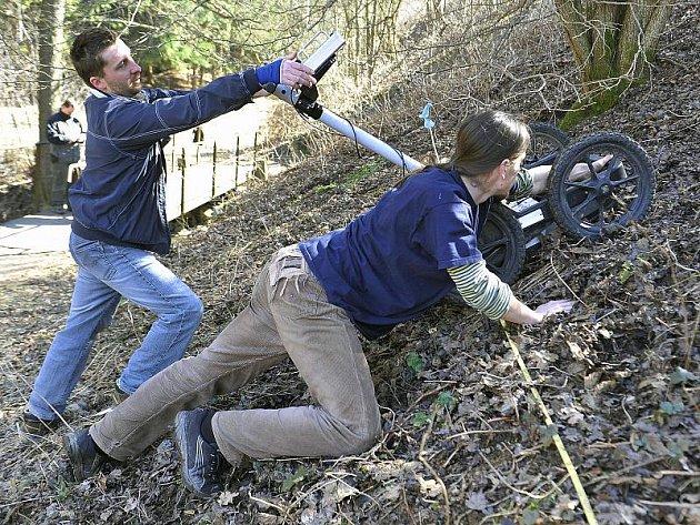 Policisté ve spolupráci s odborníky z Masarykovy univerzity prohledávali za pomoci takzvaného georadaru další lokalitu u Dobronína.
