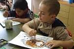Děti si samy vymalovaly obrázky ježků a podzimních listů.
