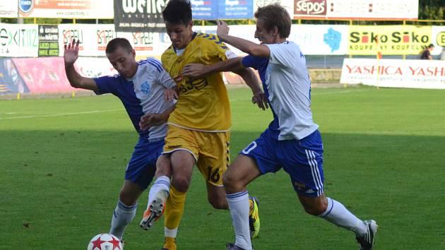 Znojmo se dokáže na jihlavské fotbalisty (u míče Tomáš Kučera) pořádně vyhecovat. Potvrdilo to i ve včerejším zápase.