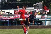 Kanonýr Lukáš Staněk (v červeném) se probudil v pravý čas. Jeho gól do sítě Konice má záchranářskou hodnotu.