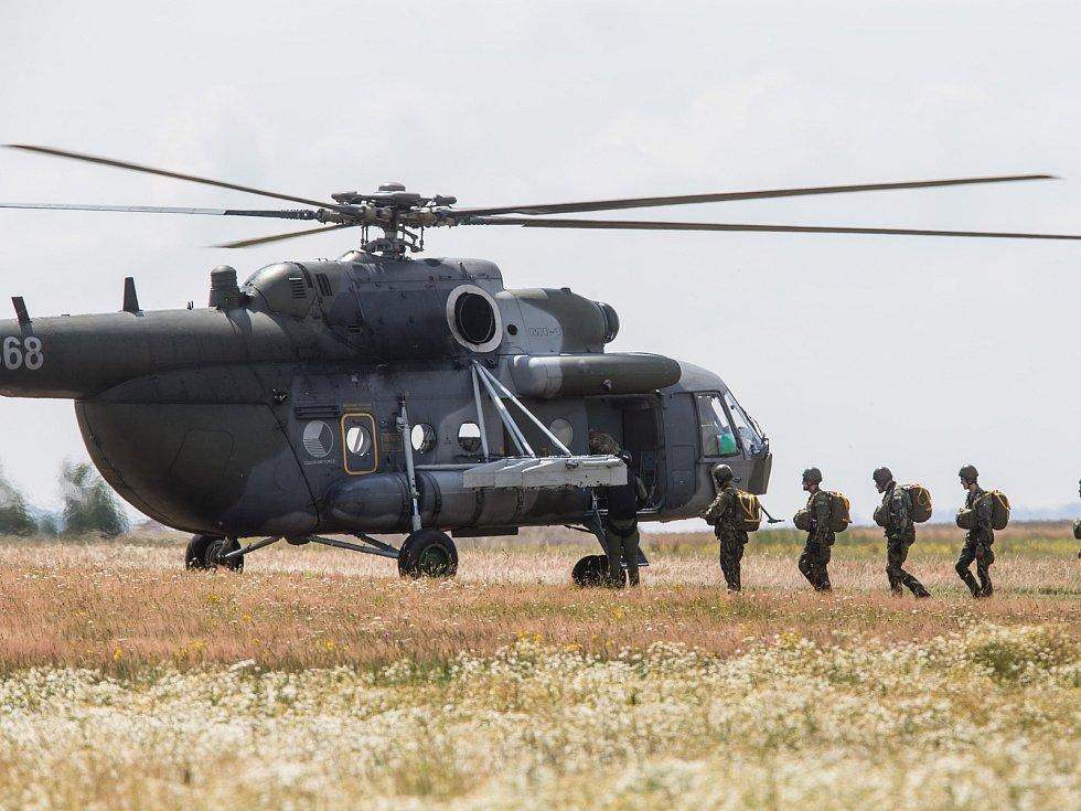 Vojenské cvičení na jihlavském letišti v Henčově.