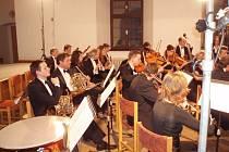 HUDBA S PŘÍJMENÍM KLASICKÁ. Pro Komorní filharmonii Vysočina je nejdůležitější hrát muziku a být co nejblíže lidem. Publikum pro ně je důvod, proč jít dál a hrát a hrát.