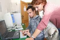 Počítač s výstupem ke čtení plastického Braillova písma. Ilustrační foto.