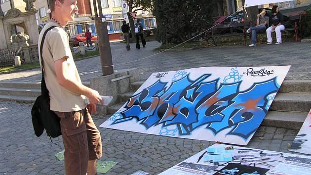 Klienti žďárského centra prevence Ponorka si vyzkoušeli kreslení graffiti.
