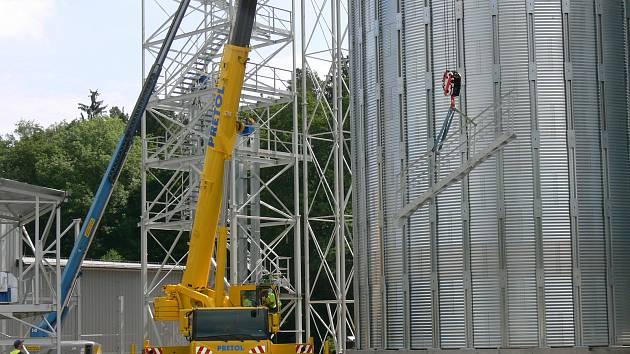 Jeřáb pracuje na stavbě v Hamrech.