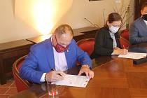 Smlouvu o dlouhodobé spolupráci s CZ Loko podepsali mimo jiné šéf Dukly Bedřich Ščerban a primátorka Karolína Koubová (Fórum Jihlava).