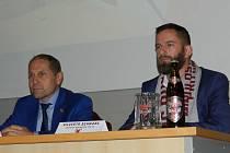 Jednatel HC Dukla Jihlava Bedřich Ščerban (vlevo) a obchodní zástupce pivovaru Ježek Silvestr Schwarz na tiskové konferenci, kde se potvrdilo spojení těchto dvou subjektů.