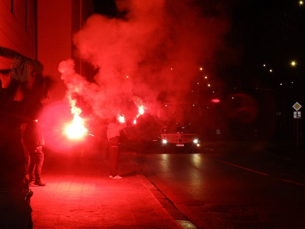 Fanoušci Dukly po příjezdu jihlavských hokejistů k CZ LOKO aréně oslavovali vítězné tažení.