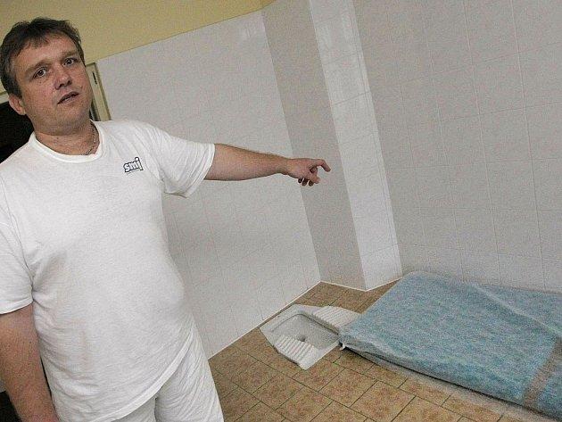Noc za sedmnáct stovek. Pracovník jihlavské záchytky ukazuje na místo, které je určené pro nocležníky, kteří svým chováním narušovali veřejný pořádek.