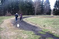 Během podzimu by měly finišovat i práce na sportovním hřišti u Základní školy Demlova a Otokara Březiny na největším jihlavském sídlišti. Na své si snad přijde i běžecká dráha.