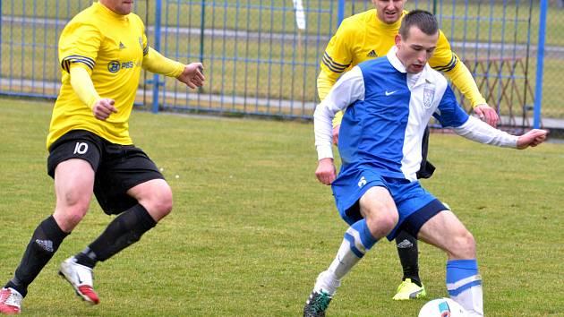Fotbalisté Slavoje Polná (v modrobílém) si odvezli z Rosic cennou remízu 1:1.