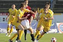 Jihlavští fotbalisté (ve žlutých dresech) se se sparťanskou juniorkou ve druhé lize dosud utkali třináctkrát. V osmi z těchto duelů zvítězili a pouze dvakrát prohráli. Velkým favoritem budou i dnes.