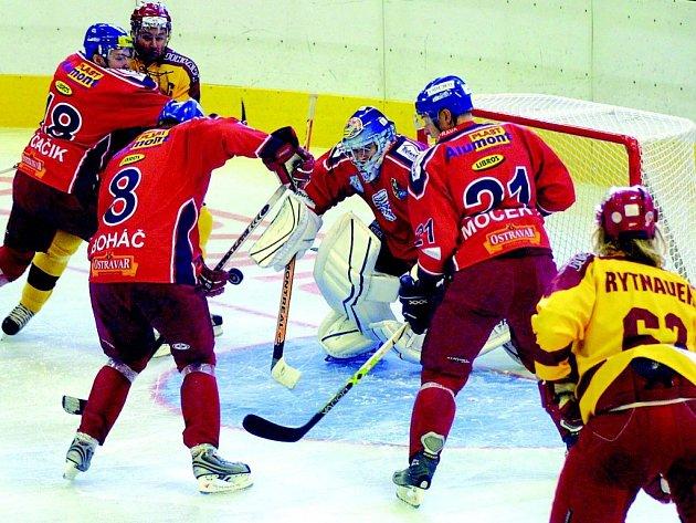 Hokejisté Dukly se trefili do branky ostravského gólmana Štěpánka pouze dvakrát.  Na durhé straně padlo šest gólů.