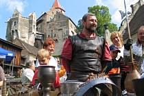 Kejklíři i řemeslníci. Slavnosti Pernštejnského panství pokračují na hradě a v jeho okolí také o  víkendu. Kromě výstav a koncertů budou k vidění ukázky prací středověkých řemeslníků.