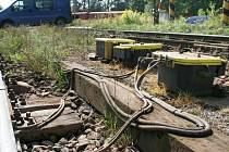 Neznámí zloději ohrožují bezpečnost na jihlavských přejezdech už týden. Železničáři varují, že jim dochází zásoby nových kabelů.