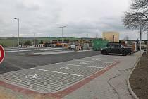Parkoviště bylo na konci září už téměř dokončené, stavební práce v lokalitě tím ale nekončily.