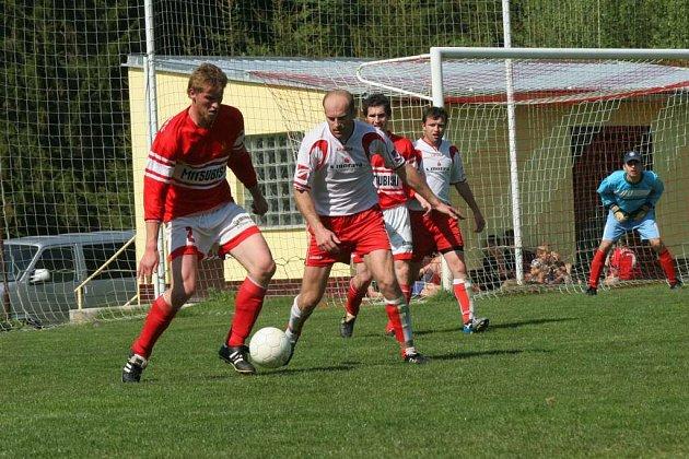 Bojovat  až do konce se vyplatilo Staré Říši (ve světlých dresech). Vyrovnávací gól Přibyslavic ji nerozhodil a v poslední minutě zajistil výhru Charvát.