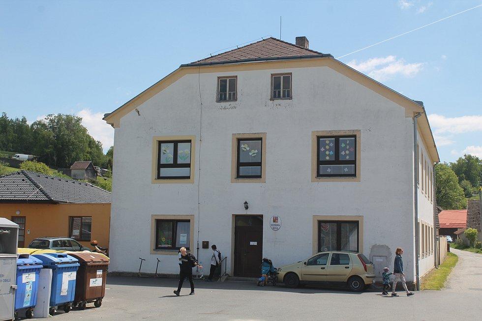 Školka ve Stonařově je na opačném kraji městyse než škola.