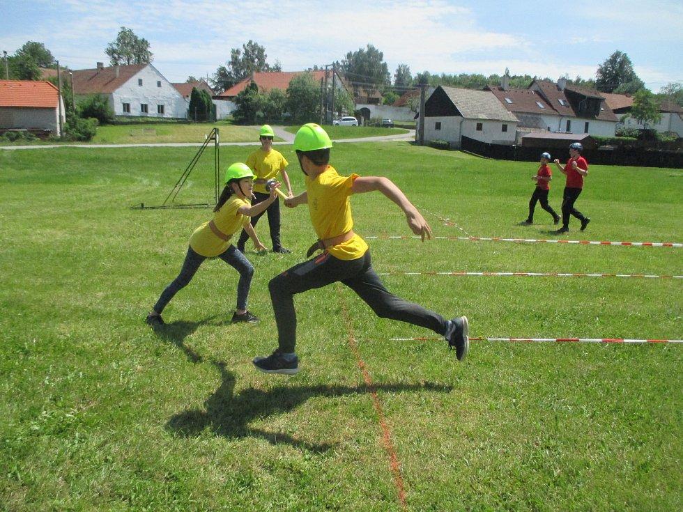 Hasičská soutěž dětí 9. června v Růžené. Na obrázku tým z Lovětína.
