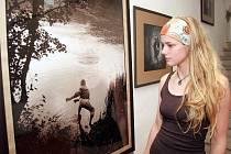 Výstava fotografií Sáry Saudkové. Na snímku je nejdražší fotografie výstavy nazvaná Žabka.