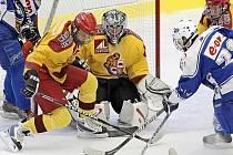 Hokejoví starší dorostenci Dukly odstartovali rok 2011 na padesát procent. V Karlových Varech prohráli vysoko 1:6. Na ledě ústeckých Lvů se trochu oklepali a domů přivezli tři body za výhru 5:3.