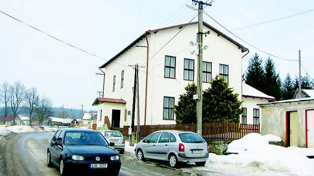 Šimanovský obecní úřad sídlí v budově bývalé školy. Šimanovští chtějí v objektu zřídit kulturní středisko. Rok co rok se tam pořádají silvestrovské oslavy.