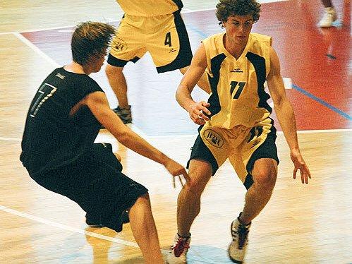 Basketbaloví junioři BC Vysočina (ve světlém Jan Mísař) si o víkendu potvrdili post lídra ligové soutěže.
