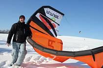 Jízda s drakem. Martin Havlík (na fotografii) se powerkitingu  věnuje už šestnáct let. Jezdí po vodě i po sněhu a donedávna byl i instruktorem tohoto sportu.