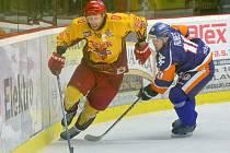 Hokejisté jihlavské Dukly (ve světlém kapitán a nejproduktivnější hráč Tomáš Čachotský) jméno soupeře pro play-off netipují. Uvidíme, kdo na nás vyjde, zní z kabiny.