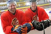 Hokejový obránce David Musil (na snímku vlevo s bratrem Adamem) se vloni v létě připravoval na ledě mateřské Dukly Jihlava.