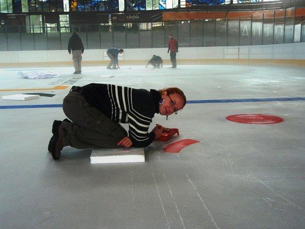 Reklamy nakreslila na Horáckém zimním stadionu skupina brigádníků.