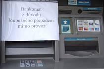 Vyloupili bankomat. Nápis na bankomatu České spořitelny na náměstí Míru v Moravských Budějovicích je výmluvný.
