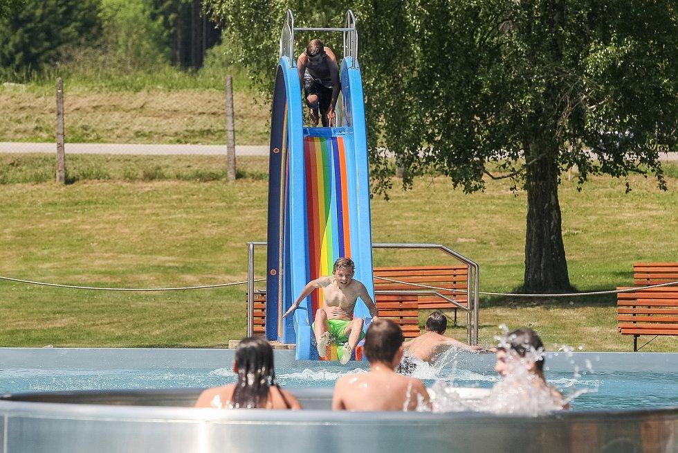 Na Vysočině 1. června zahájila sezonu první letní koupaliště. Lidé se mohli vykoupat v Lukách nad Jihlavou na Jihlavsku (na snímku) a v Moravských Budějovicích na Třebíčsku.