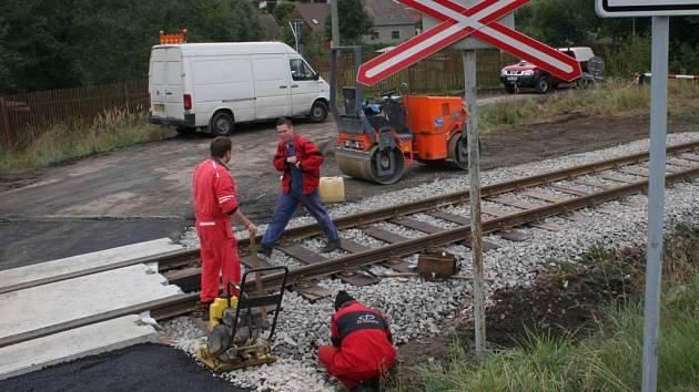 Kvůli opravě obou železničních přejezdů musí řidiči počítat s komplikacemi při vjezdu nebo výjezdu ze Salavic na Jihlavsku.