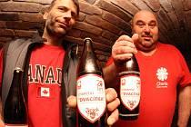 Martin Mejstřík (vlevo) a Zdeněk Kousal s pivem.